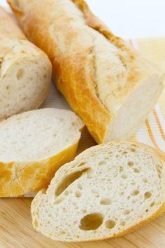 Gluten Free French Bread - This french bread is amazing! It tastes so similar to the wheat containing french bread. Plus it freezes wonderfully! It's crusty on the outside, and soft and tender within,, You can make it from start to finish in about one Low Carb Paleo, Gluten Free Diet, Foods With Gluten, Gluten Free Cooking, Lactose Free, Desserts Français, Gluten Free Desserts, Wheat Free Recipes, Dairy Free Recipes