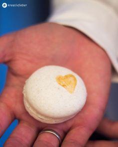 Macarons mit Gold. Für den Hochzeits Sweet Table Macarons mit Gold bemalen - Intitialen, Herzen oder Verzierungen in Gold auf Macarons.