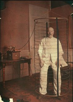 Stop oven, 1910 Man engaged in the experience of the Faraday cage, developed by the British physicist Michael Faraday which is to be locked in an enclosure to isolate the effects electrical and electromagnetic products outside. Women In History, Black History, Michael Faraday, Science And Nature, Inventions, Einstein, The Past, Religion, Cage