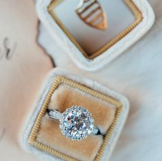 The glinting snow sparkles like #diamonds, but not quite as big as this #diamond @baileyboxes! #engagementring #baileybox #bemine #valentines #engaged! #blingbling @whiskeyandwhiteevents @the_mrs_box #trianglescout