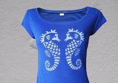 royalblaues Shirt mit grossem Ausschnitt und angeschnittenem Arm  hangedrucktes Motiv 2 Seepferdchen