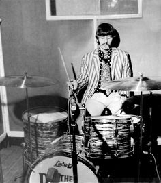 Ringo plays around on the day of recording With a Little Help from My Friends. Sgt pepper, 1967