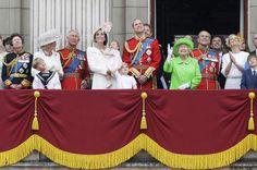 La famille royale salue les troupes anglaises lors de la cérémonie Trooping the colour