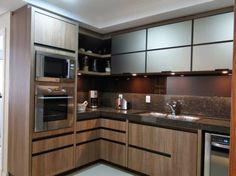 Cozinha de madeira com granito marrom