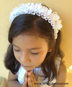Aprende cómo hacer este hermoso cintillo de flores para el bautismo de tu pequeña y dale ese toque personalizado a un momento tan especial. El tutorial de cómo hacerlo en #ElBlogCool. #SienteGlade #ad #MyColectiva