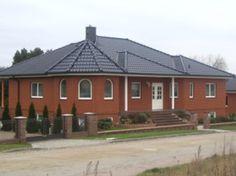 Haus mit roten Klinkern und schwarzem Dach. Dacharbeiten durch die Marco Riemelt Dachdecker GmbH in Wriezen (16269) | Dachdecker.com