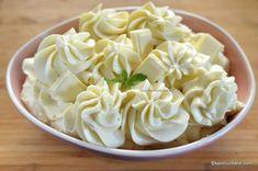 Cremă de ciocolată albă cu mascarpone și frișcă - cremă pentru tort, prăjituri, macarons | Savori Urbane Coconut Flakes, Icing, Spices, Cream, Easy, Desserts, Mascarpone, Creme Caramel, Tailgate Desserts