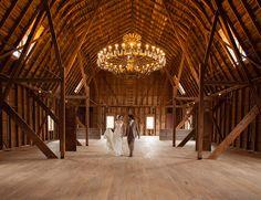 Ein Ort Ganz Aus Holz: Eine Alte, Aufbereitete Scheune, In Der Die  Landhausdiele