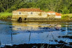 GALICIA ESPAÑA ( La Coruña) Molino de las Mareas en Senra- Al fondo de la Ría de Cariño y Ortigueira se encuentran las desembocd d l ríos Mera, Baleo y Maior,  Justo en la desembocadura del río Maior, en el lado de Ortigueira,  construcción q aprovecha la frza d l mareas p pder moler grano. Se trata del Muíño das Mareas de Senra o de Cuíña ya que su dique forma pte d la delimitac dos pquias