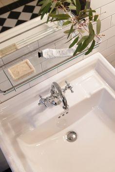 Badrumsinredning i klassisk stil. Sekelskifte - tidstypisk bygg & inredning. Apartment Interior, Bathroom Interior, White Bathroom, Small Bathroom, Interior Styling, Interior Decorating, Guest Toilet, Porch Entry, Gallery Frames