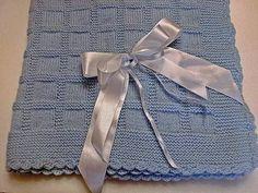 Manta em trico confeccionado em lã própria para bebê antialérgica. Com barrado em croche em lã Tamanho 70x80 cm Cores : branco, rosa, azul, amarelo e verde