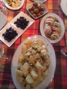 Πατατοσαλάτα φτιαγμένη με τα χεράκια μου και τουρσί λάχανο γεμιστό με τουρσί καρότο, αγγούρι, πιπεριές κτλ