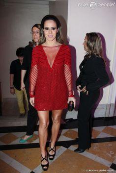 Fernanda Pontes ousa no decote no lançamento do livro 'Por Inteiro', de Marcelo Hicho, no Hotel Copacabana Palace, em 29 de outubro de 2013
