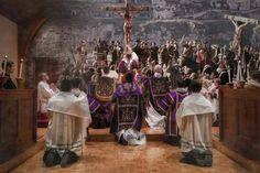 ARRODILLARSE EN MISA En la liturgia, hay distintos momentos en que todos los fieles se ponen de rodillas. Es un modo de participación exterior, activa, en que el cuerpo nos ayuda a vivir las realid…