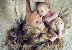 Beautiful Baby and Mom Photos - Fotos - neugeborene Baby Poses, Newborn Poses, Newborn Shoot, Newborns, Newborn Boy Photos, Baby Newborn, Fall Newborn Pictures, Infant Pictures, Infant Photos