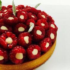 La Framboise est à l'honneur chez Gâteaux Thoumieux : pâte sucrée, frangipane, confit de framboises, crémeux lait d'amande et framboises fraîches. #instafood #thoumieux #gateauxthoumieux #yummy