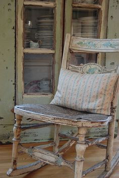 Show Your Family The Greatest Pride – Decorate Your Living Room Using Shabby Chic – Shabby Chic Talk Old Rocking Chairs, Old Chairs, Dining Chairs, Country Decor, Farmhouse Decor, Country Life, Country Charm, Country Living, Take A Seat