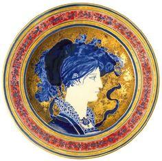 Zsolnay - Historizáló dísztál női portréval,1878 Porcelánfajansz, aranybrokát, magastüzű mázak, kézifestéses díszítés, aranyozás , Átmérő: 34 cm Jelzés: masszába nyomott Z.W. Pécs jelzés és máz alatti, festett TJM családi márkajelzés, valamint öttornyos és Zsolnay Pécs 1878 feliratos márkajelzés, F: 431 2005/le 400e
