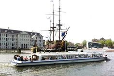 Amsterdam Canal Cruises varend door Amsterdam