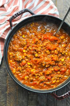 On the stovetop or in the slow cooker, this Pumpkin Chili recipe is an easy and healthy dinner that's perfect for fall. The perfect Halloween food, too! Halloween Food For Party, Fall Halloween, Halloween Recipe, Women Halloween, Costume Halloween, Halloween Nails, Halloween Makeup, Halloween Crafts, Halloween Decorations