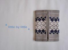 こぎん刺繍をしたポケットティッシュケースです。北欧ティストの一品になったかなと思います。。。・ミルクティグレーの生地に、生成りと紺の糸で刺繍・中生地は綿麻混合...|ハンドメイド、手作り、手仕事品の通販・販売・購入ならCreema。