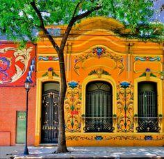 """Casa en calle Jean Jaure, barrio de Abasto, pintada con el """"""""estilo filete porteño"""""""", tecnica creada en Argentina"""