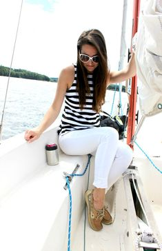 Banana Republic rugby stripe tank top with white skinny jeans and classic Sperry boat shoes. Such a perfect Labor Day outfit idea for women! Sperry Outfit Women, Sperrys Women, Boat Shoes Outfit, Sperrys Outfit, Sailing Outfit, Boating Outfit, Segel Outfit, Banana Republic, Outfits