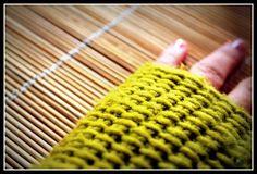 Manos abrigadas, dedos libres! Aprende cómo tejer unos guantes sin dedos (mitones) en crochet o ganchillo. Utilizamos el punto tunecino, con el que logramos un tejido compacto y muy original. Son súper fáciles de hacer y con estas explicaciones paso a paso tendrás en pocas horas unos super guantes para mantener tus manos calentitas.
