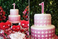 """A festa de 1 ano da Laís foi uma celebração do amor! O tema não poderia ser mais romântico: coração. A mamãe, Fabiana, explica a escolha: """"Desde que a Laís"""