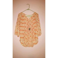 Flowly blouse Cute flowly blouse perfect for the spring and summer :) no signs of excessive wear Tops Blouses