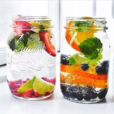 Make your hydration enjoyable and yummy – Fleur de Lis Couture ORANGE AND BERRIES Water goes from blah to crave-worthy with additions like blueberries, orange slices, and pomegranate seeds. Fruit Water Recipes, Infused Water Recipes, Fruit Infused Water, What Is Detox Water, Smoothies Verdes, Smoothie Fruit, Steak Dinner Sides, Summer Grilling Recipes, Pomegranate Seeds