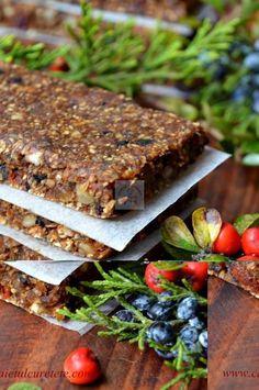 batoane energizante cu fructe si seminte raw-vegane Vegan Sweets, Healthy Sweets, Granola, Vegetarian Options, Energy Bites, Raw Vegan, Raw Food Recipes, Deserts, Food And Drink