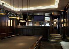 décoration sous-sol: salle de jeux adulte avec billard et bar