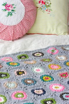 Looking for some cute and adorable crochet projects to make for yourself, friends or family? Is crocheting one of your favorite past times? Crochet Circles, Crochet Squares, Crochet Granny, Crochet Motif, Granny Squares, Crochet Flower Patterns, Crochet Patterns For Beginners, Crochet Blanket Patterns, Crochet Blankets