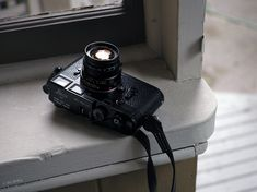 oh how I love my black paint dressed in black lizard skin by Youxin Ye Also digging these files from the Sigma Merrill! Rolleiflex Camera, Kodak Camera, Leica M, Camera Lens, Leica Photography, Photography Camera, Amazing Photography, Wonderful Machine, Classic Camera