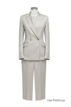10 Damesmaatkostuum gemaakt van lichte en zachte niet kreukbare wol met 3 kwart broek