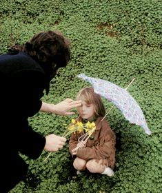 Offtopic: Unseen picture of Paul and Heather photographed by Linda McCartney in Devon, 1969 🌺🌻🌹💐 Paul Mccartney Kids, Heather Mccartney, Paul And Linda Mccartney, Linda Eastman, The Quarrymen, The Beatles 1, Sir Paul, Ringo Starr, George Harrison