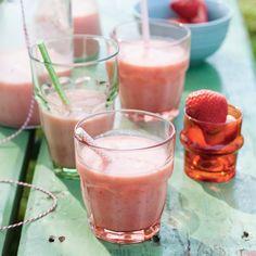 Heerlijk zomers, deze zomerse boerenyoghurtsmoothie met aardbeien. #JumboSupermarkten #picknick #fruit