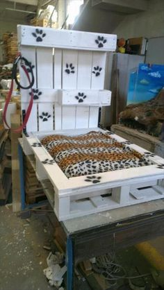 Pallet Designs Amazing Uses For Old Pallets – 40 Pics - Dog beds can get pretty expensive and more and more owners are coming up with creative ways to make their own. While there are plenty of good ideas, one of the most common DIY dog beds is made from … Pallet Dog Beds, Diy Pallet Bed, Pallet Crates, Old Pallets, Recycled Pallets, Pallet Art, Diy Pallet Projects, Wooden Pallets, Wood Projects