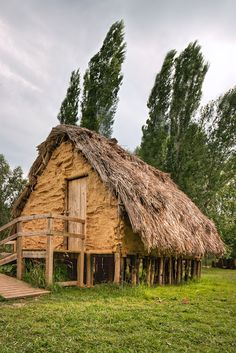 Parc Neolític de la Draga (Banyoles). L'únic jaciment neolític d'ambient lacustre de la península. S'hi han recuperat restes de fauna, vegetals i objectes de fusta.  5300-5200 aC.