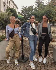 7 Pairs of White Sneakers Your Closet is Missing White sneakers are a necessity for every woman's closet. From street style looks, to athleisure style, these classic shoes are a must! Style Outfits, Trendy Outfits, Winter Outfits, Cute Outfits, Fashion Outfits, Fashion Mode, Fashion Killa, Look Fashion, Fashion Trends