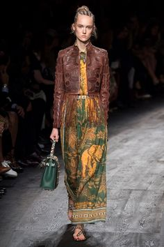 See all the Collection photos from Valentino Spring/Summer 2016 Ready-To-Wear now on British Vogue Moda Fashion, Vogue Fashion, Fashion Week, Runway Fashion, Trendy Fashion, Fashion Models, High Fashion, Fashion Show, Fashion Design