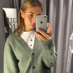 Green cardigan cardigansweater cardigan greenoutfit outfits the most stylish shoe trends of 2019 Looks Style, Looks Cool, My Style, 80s Fashion, Look Fashion, Fashion Outfits, Fashion Tips, Mode Outfits, Trendy Outfits