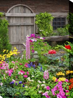 Cottage Garden: The Beauty of Messy Flowers - Town & Country Living - - Is it too soon in the year to talk about gardening? Because I want to share the beauty of messy flowers that are the signature look of a cottage garden. Cottage Patio, Cottage Garden Design, Cottage Garden Plants, Cottage Gardens, Garden Hideaway Ideas, Cottage Front Yard, French Cottage Garden, Small Cottage Garden Ideas, Front Yard Decor