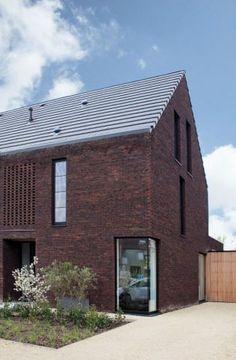 Eén kast dirigeert deze hele nieuwbouwwoning Architect: www.tweearchitecten.be #nieuwbouw #hellenddak #hoekraam #oprit
