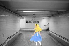 Cette photo, représentant Alice perdue dans les souterrains du métro (« Which Way is Up ») était la première de la série. | Cet artiste place les personnages de Disney dans des situations de la vie courante