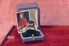 El primer anillo de hombre que entra a formar parte de nuestra colección renacentista es portado por el cardenal Bernardo Dovizi en este majestuoso retrato de Rafael | Vintage by Lopez-Linares
