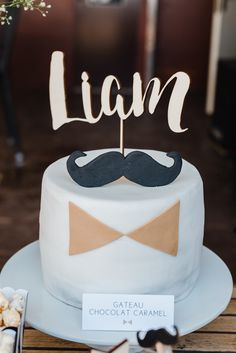 Un gâteau moustache avec un noeud papillon jaune moutarde Baby Birthday, Birthday Cake, Baptism Photography, Moustache Party, Communion, Christening, Buffet, Desserts, Creativity