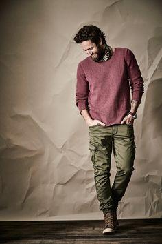 RECYCLED SWEATER. Denim zu 100 %. Dieser Pullover ist aus recycelten Denimgarnen gestrickt. Man sieht es ihm nicht an, aber der Griff ist männlich brettig, etwa so wie bei einer neuen Jeans. Rollkanten, nicht perfekte Saumabschlüsse - das macht den gewollt nachlässigen Look. Mit JOGG-CARGO-PANTS und Aigle Boots.