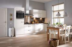 Compacte moderne Salerno keuken in hoogglas kleur magnolia - De fronten van het model Salerno kenmerken zich door een extreem hoge glansoptiek. Deze compacte keuken is voorzien van alle comfort tegen een zeer voordelige prijs. Wat dacht u van de brede pannenladen onder het kookgedeelte, waarmee u gebruik kunt maken van optimaal opberggemak?